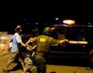 Cảnh sát nổ súng vây bắt thanh niên đâm công an cố thủ trong nhà
