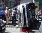 Đập cửa giải cứu nữ giám đốc và tài xế trong chiếc xe lật nghiêng