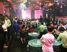"""Cảnh sát """"đột kích"""" quán bar lúc rạng sáng, hơn 200 khách chơi tháo chạy"""