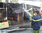 Đốt rác gây cháy lan 3 căn nhà, giao thông ùn tắc nghiêm trọng