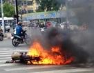 Vừa đổ dốc cầu, xe máy bốc cháy dữ dội