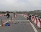 2 người đàn ông nằm bất động trên cầu vượt