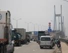"""Xe container gặp nạn trên cầu Phú Mỹ, cả ngàn phương tiện """"chịu chết"""""""