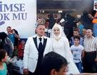Cặp đôi mời 4.000 người tị nạn ăn cưới miễn phí