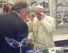 Giáo hoàng gây sốt khi đi mua kính