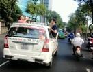3 ông Tây nhậu trên… nóc taxi gây náo động đường phố Sài Gòn