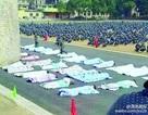 Sinh viên Trung Quốc bị phạt nằm đắp chăn giữa trời nắng vì ở bẩn