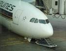 Máy bay Singapore Airlines đang đậu bất ngờ sập mũi