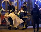 Lực lượng cứu hộ khiêng người bị thương ra khỏi rạp hát sau vụ khủng bố