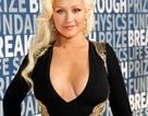 Christina Aguilera khoe ngực táo bạo
