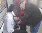 Ấm lòng hình ảnh cặp vợ chồng già giúp chàng trai trẻ thắt cà vạt