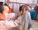Bé gái 3 tuổi một mình chăm mẹ khiến hàng triệu trái tim rung động