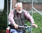 Cụ ông đạp xe từ Anh sang Pháp mua cà phê cho vợ