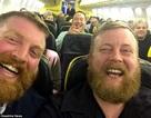 Bất ngờ vì ngồi cạnh người đàn ông lạ giống hệt mình trên máy bay