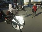 """""""Tấm gương"""" khổng lồ lóa mắt người đi trên đường Nguyễn Trãi"""