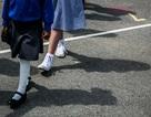 Trường tiểu học quy định học sinh đi chắp tay sau lưng