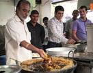Đầu bếp Ấn Độ không hề hấn khi nhúng tay vào dầu sôi