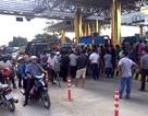 Người dân Lương Sơn gửi tận tay đại biểu Dương Trung Quốc đơn kiến nghị về Trạm thu phí Quốc lộ 6
