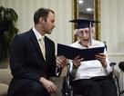 """""""Nữ sinh"""" 97 tuổi nhận bằng tốt nghiệp phổ thông trung học"""