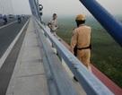Nam thanh niên ôm tảng bê tông, đòi nhảy từ cầu Nhật Tân