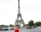 Kim Tuyến cùng mẹ khám phá Paris