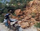 """Hàng trăm mét khối đất đá làm """"tê liệt"""" quốc lộ 4D"""