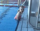 Kinh ngạc bé 21 tháng tuổi bơi như người cá