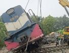 Hà Nội: Tàu hỏa kéo lê xe tải hàng trăm mét, đường sắt tê liệt