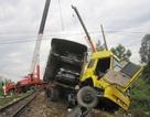 Tài xế thoát hiểm ngoạn mục khi xe đầu kéo đối đầu tàu hỏa