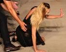 Thiên thần nội y ngã nhào trên sàn catwalk