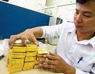 Giá vàng tiếp tục giảm, USD đảo chiều tăng
