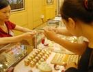 Vàng thế giới thấp nhất 6 năm: Vàng SJC chỉ giảm nhẹ, đắt hơn 4 triệu đồng/lượng