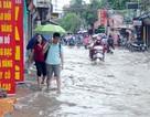 """Hà Nội: Người dân Định Công """"be bờ, đắp đập"""" ngăn nước tràn vào nhà"""