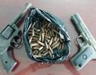 Vớt cây dưới ao, phát hiện thùng sắt chứa súng và hàng chục viên đạn