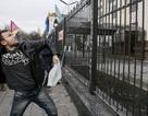 Người biểu tình Ukraine tấn công Đại sứ quán Nga tại Kiev, đốt phá các phương tiện