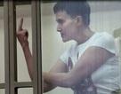 """Nữ phi công Ukraine giơ """"ngón tay thối"""" giữa tòa"""