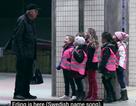"""Video trẻ em Thụy Điển hát tặng người lạ tại ga tàu gây """"sốt"""""""
