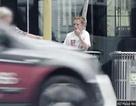 Cậu bé bên thùng rác và sự lạnh lùng của người qua đường