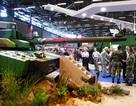 Người biểu tình bôi bẩn xe tăng tại triển lãm vũ khí Paris