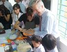 Đại sứ Mỹ làm bánh Trung thu cùng trẻ em nhiễm chất độc da cam