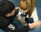 """Cặp trai gái bị """"ném đá"""" vì cắn hướng dương trong tàu điện ngầm"""