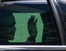 Chùm ảnh Tổng thống Obama trong xe Cadillac One vẫy chào người dân Việt Nam