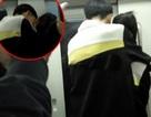 Cặp đôi học sinh thản nhiên ôm ấp, hôn hít trên tàu điện ngầm