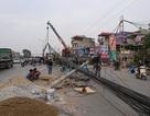 """Hà Nội: Hàng loạt cột điện bị """"hạ gục"""", giao thông ùn tắc kéo dài"""