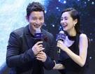 """Huỳnh Hiểu Minh nắm chặt tay """"bà xã"""" Angelababy trên sân khấu"""