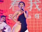 Nữ ca sĩ bị bỏng Selina duyên dáng trên sân khấu