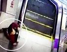 Bé trai suýt chết vì thang cuốn tại Trung Quốc