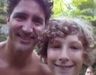 Thủ tướng Canada ngực trần chụp ảnh tự sướng