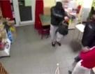 Vừa bế em bé vừa đánh nhau với cướp