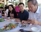 Bộ trưởng Trương Minh Tuấn mời nhà báo ăn cá biển tại Quảng Bình